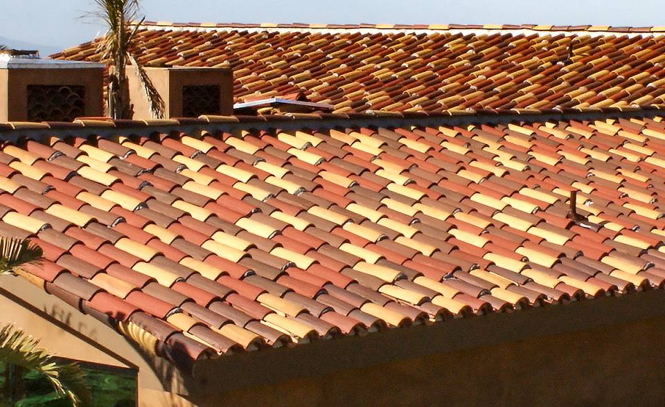 "Detailed angle view of Serpentine installation of Classic ""S"" Mission clay roof tile with two piece eave line in 14.3% 2F43-SSC Villa Rosso Blend, 19% 2F43-SC Brick Red Sandcast, 7.4% 2F45-SSC Tierra Brown Blend, 26% 2F45-SC Tobacco Sandcast, and 33.3% CB46-SC Rustic Tuscan Blend on home in Ventura California."