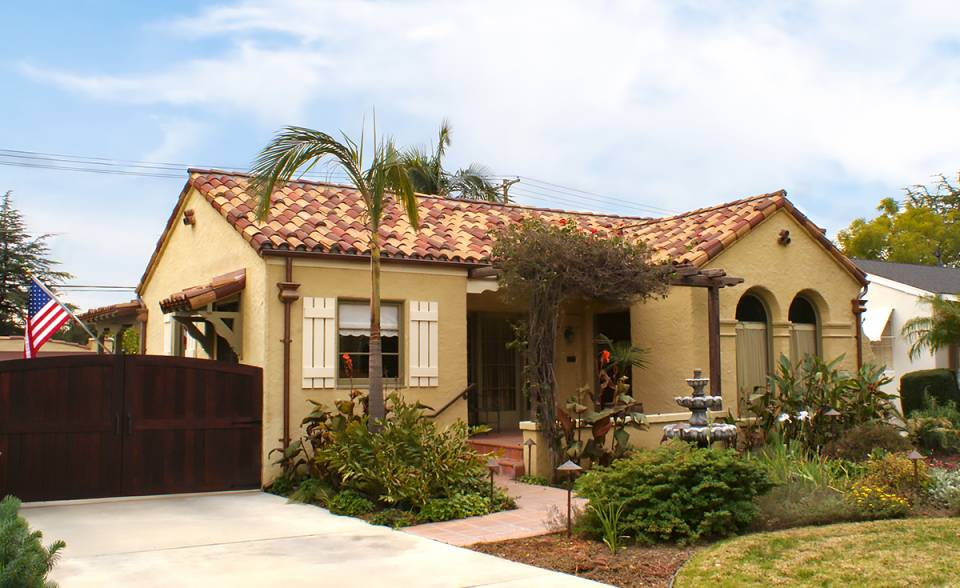 Single story home in Pasadena California with Classic S Mission clay roof tile in Marco Blend consisting of 50% F4645-MSC Tuscan Gold Blend, 20% 2F45-SC Tobacco Sand Cast, and 30% 2F43-SSC Villa Rosso Blend and a two piece eave line installation